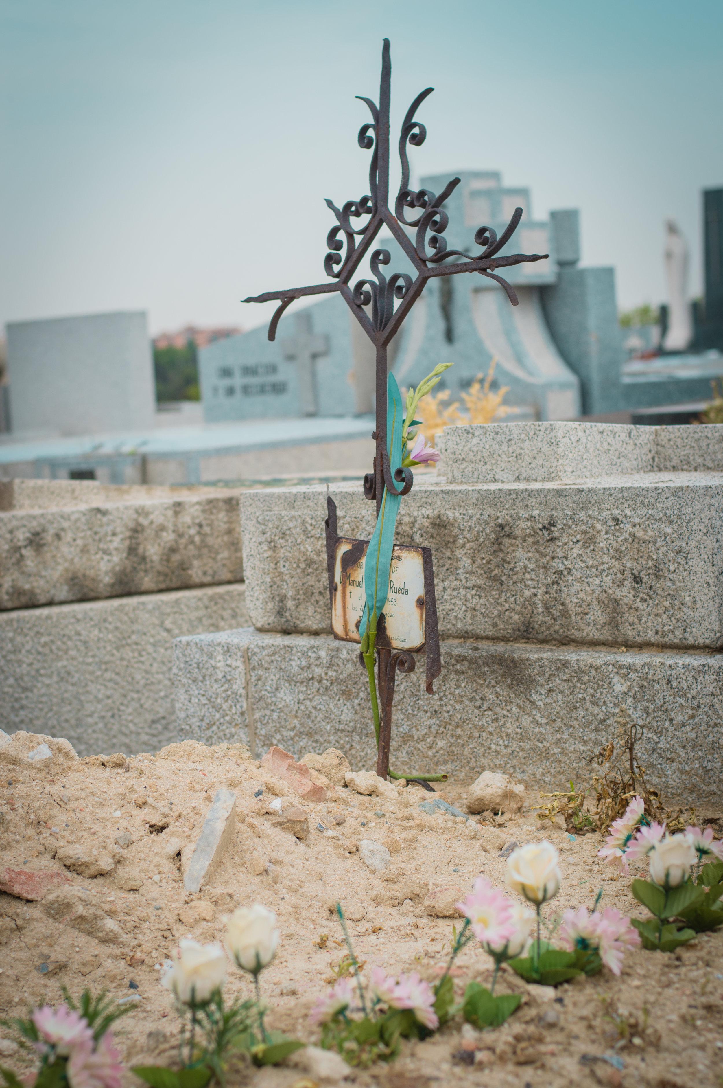 Flores en el cementerio (13 de 18).jpg