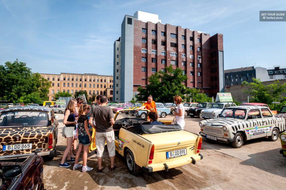 TIPS: TRABI-SAFARI - Ta med chefen på ett åk genom Berlin i DDR:s officiella bil! Kläm in dig bakom ratten i ditt eget val av Trabant och få ditt alldeles egna Trabantkörkort som souvenir!