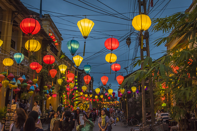 In-the-streets-of-Hoi-Ans-ancient-town,-in-the-evening.-852119022_7360x4912.jpeg