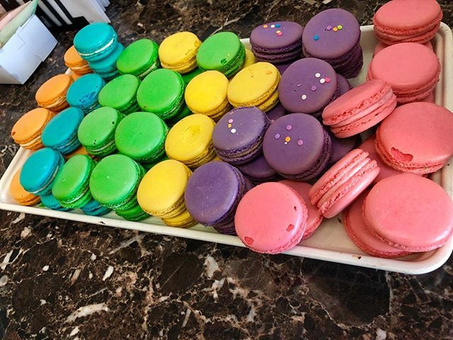 This week's #sugarrushsunday treat(s): these colorful macarons and layer cake! Eat the 🌈 and find out how delicious it really is!