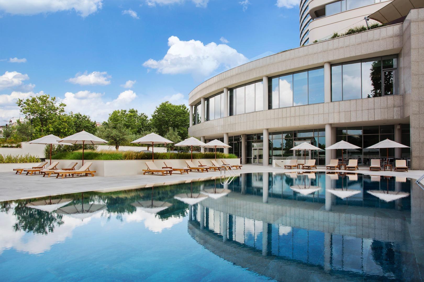 ext_opt_Conrad-Istanbul-Pool-02.jpg