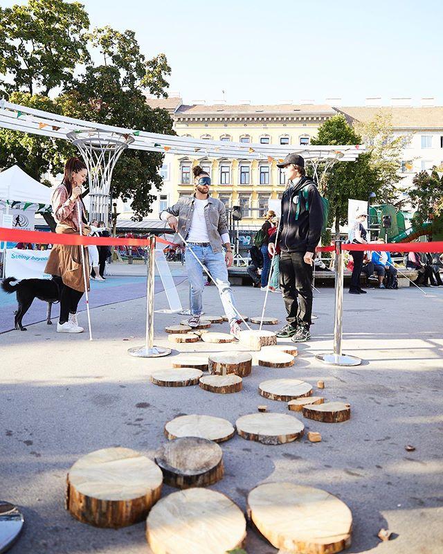 Karu Tvedt, Visioneers Trainer aus Norwegen angereist, im Gespräch mit einem Teilnehmer der mit Augenbinde und Stock einen Parcour, bestehend aus Holzblöcke zu spüren und zu absolvieren versucht. _  Impressionen von Visioneers Festival, 21. September 2019.  _  Foto: @rupertpessl _ #visioneers #visioneersaustria #worldaccessfortheblind #ashoka #sehbehindert #sehbeeinträchtigt #blind #blindenstock #socialentrepreneur #kahanefoundation #esslfoundation #zeroproject #sonarvision #thegoodtribe #rupertpessl