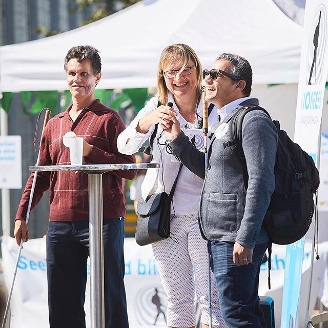 Visioneers Gründer Daniel Kish und Trainer Juan Ruiz, gemeinsam mit Moderatorin Karin Haselböck beim Interview auf der Bühne am Yppenplatz.  _  Impressionen von Visioneers Festival, 21. September 2019.  _  Foto: @rupertpessl _ #visioneers #visioneersaustria #worldaccessfortheblind #ashoka #sehbehindert #sehbeeinträchtigt #blind #blindenstock #socialentrepreneur #kahanefoundation #esslfoundation #zeroproject #sonarvision #thegoodtribe #rupertpessl