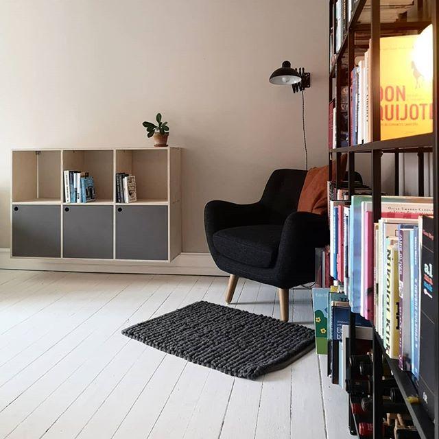 Igår monterede vi reoler i birkekryds med låger i grå valchromat i den her fine lejlighed på Amagebro. Drømmer du også om møbler på mål til dit hjem, så skriv til os på hej@chipchop.dk . . . . . . . #møblerpåmål #reol #reoler #skabe #birkefiner #valchromat #indretning #københavn #amagerbro #interiør #lokalproduktion #danskdesign #møbler