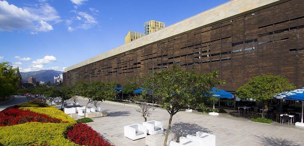 plaza-mayor_el-lobo-en-medellin.jpg