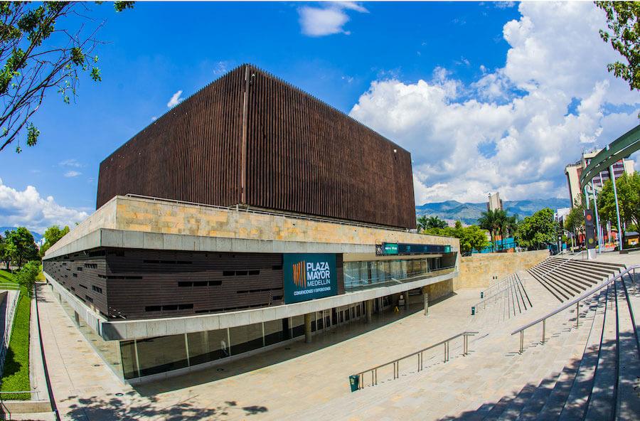 plaza-mayor-2_el-lobo-en-medellin.jpg