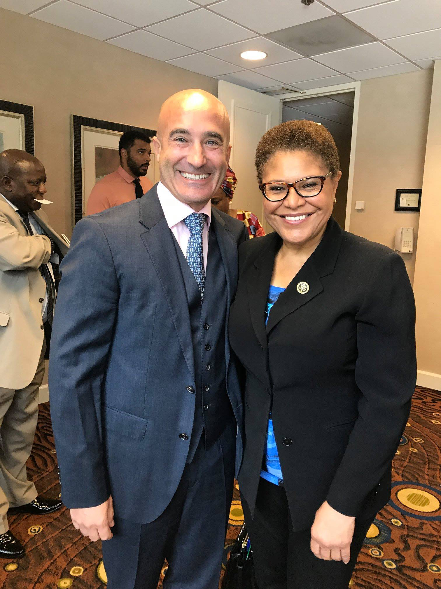 - The Consul with Congresswoman Karen Bass Chair of the Congressional Black Caucus and Chair of the Subcommittee on Africa, Los Angeles 16 December 2019Le Consul avec la Congresswoman Karen Bass Chair du Congressional Black Caucus et Chair du Subcommittee sur l'Afrique, Los Angeles 16 Décembre 2018