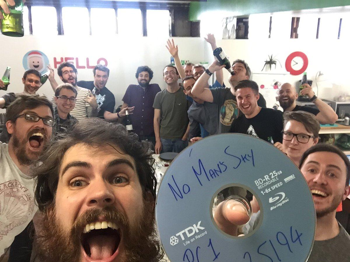 Equipe de No Man's Sky comemorando a finalização do desenvolvimento, com Sean Murray em primeiro plano
