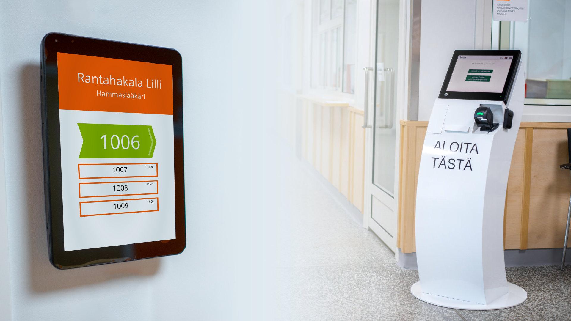 Kuvassa TIMMI Ovenpielinäyttö kutsuu potilaan vuoronumerolla sisään. Oikealla TIMMI Itsepalveluautomaatti.