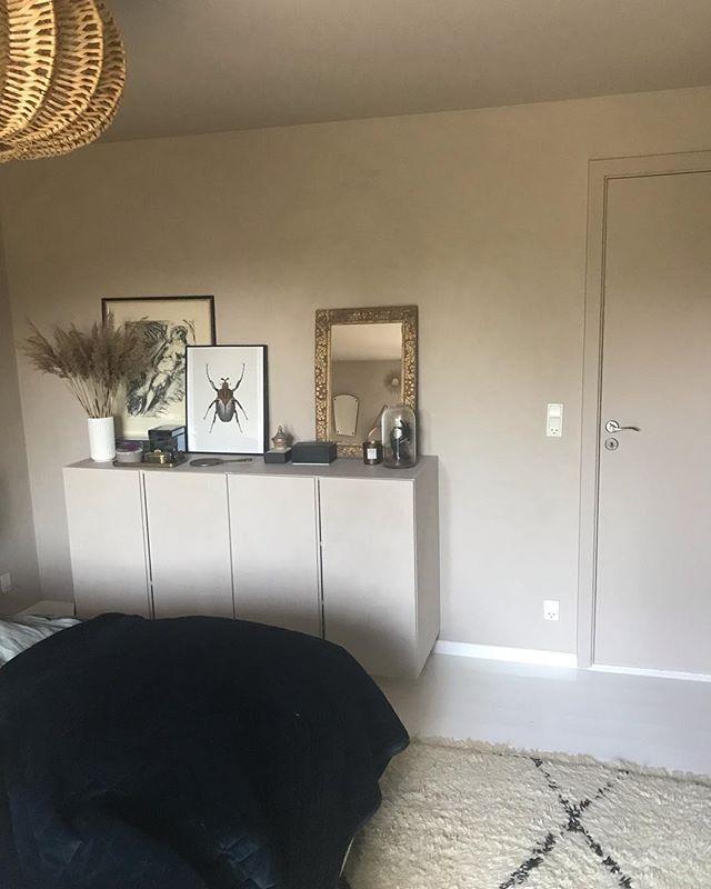 Så er vi færdige med soveværelset herhjemme✔️ Jeg har brugt kalkmaling fra @jotunlady i farven 'Rustic pink' på vægge og reoler. Dør og radiator har fået samme farve bare i nat lak. . Hvad synes I om resultatet?😎 . . . . . . . #jotunlady #kalkmaling #rusticpink #maling #ikea #soveværelse #bedroom #interiordesign #indretning #renovering #ahlermalerfirma #malerfirma #egå #skæring #jylland #danmark #malermester #ahler #bolig #bed #nyseng #drømmeland