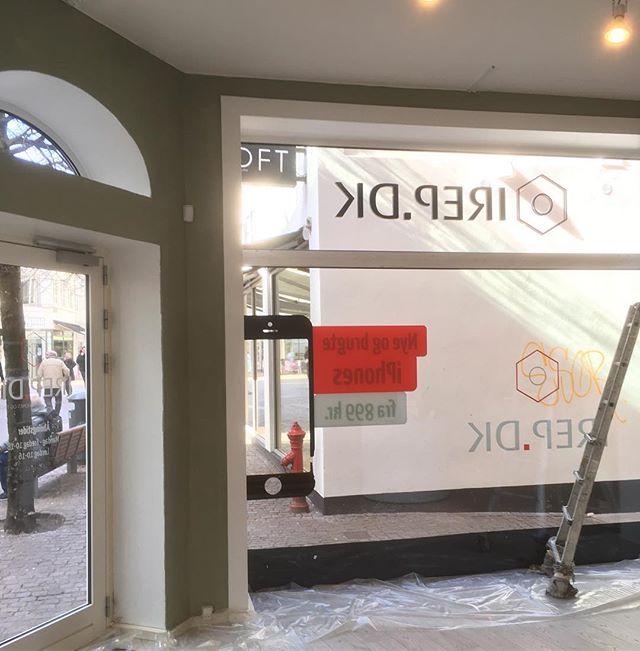 Lige nu knokler vi for firmaet Irep.dk💪🏼 . Vi har fået begge deres butikker i Aarhus og Aalborg, så der er nok at se til😎💪🏼 . . . . . . #irep #iphone #firma #erhverv #maler #aalborg #aarhus #renovering #jylland #malerfirmaet #ahlermaler
