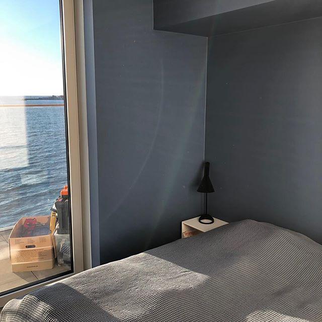 Skøn udsigt at male i fra Isbjerget i Aarhus🌊  Her har kunden valgt nogle flotte & afdæmpede farver i soveværelse og bad.  Farven på soveværelset hedder, museum blue og er fra Flügger. Farven på badeværelset hedder Annas Closet og er også fra flügger. . . . . . #isbjergetaarhus #isbjerget #aarhusø #aarhus #isbjergetaarhusø #farver #maler #malermester #renovering #ahler #ahlermalerfirma #colors #danmark #hus #lejlighed #indretning #udsigt #flügger #flüggerfarver
