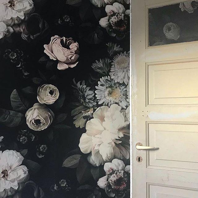 Tjek vores opsætning af dette tapet fra @elliecashmandesign . . Tapet er opsat på alle vægge i kundens soveværelse🥇 . . . . . . . . . . #tapet #wallpaper #design #hus #ahlermaler #malerfirma #danmark #malerjylland #malermester #soveværelse #ahler #renovering