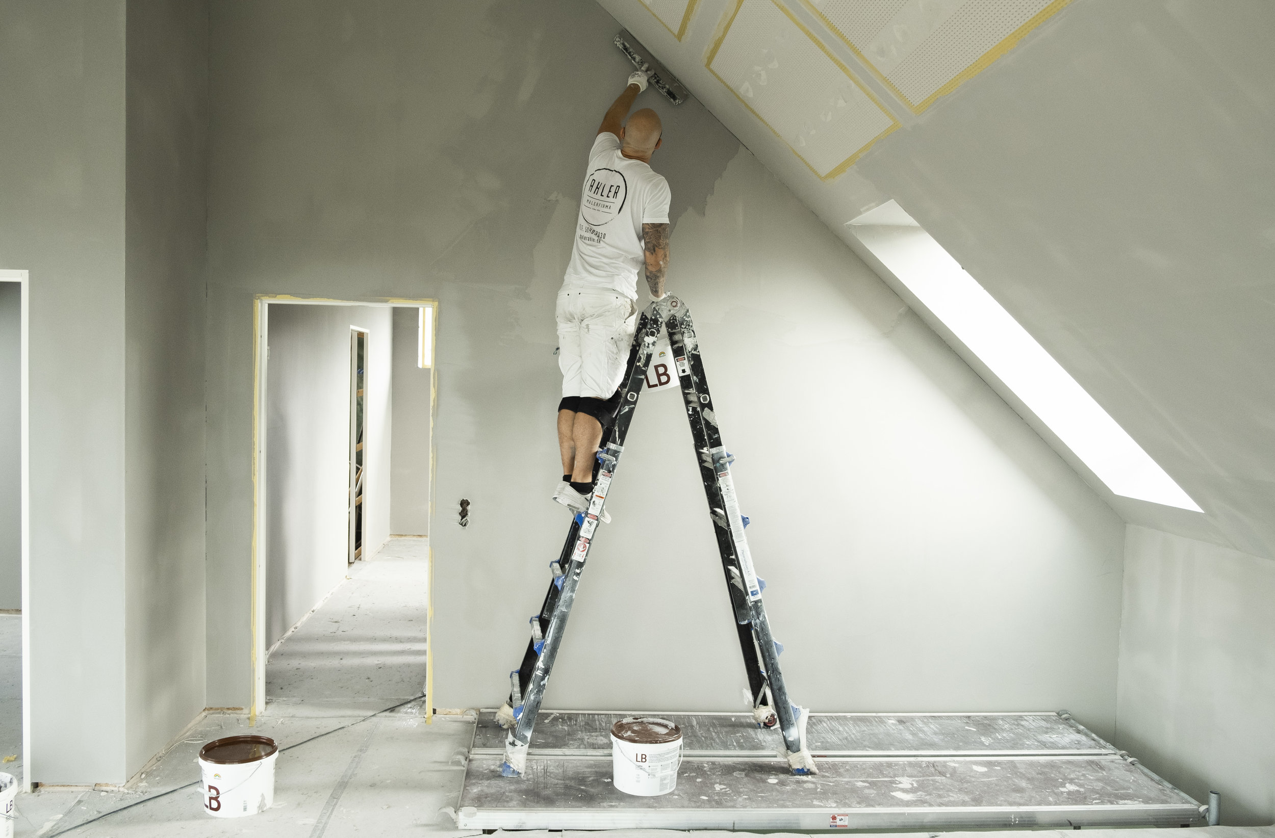 En maler i gang med malerarbejde i Aarhus gennem vedligeholdelseskonto