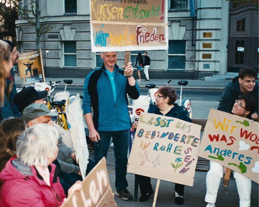 Bunter Block - Protestplakate des Kollektivs KunterbuntDie Performance des Rappers Okma aktiviert in Anlehnung an Christoph Schlingensiefs Art of Wagnis Voices of Protest. Performativ und installativ werden verschiedene Auslegungen und Forderungen des Inklusiven dargestellt sowie Positionen
