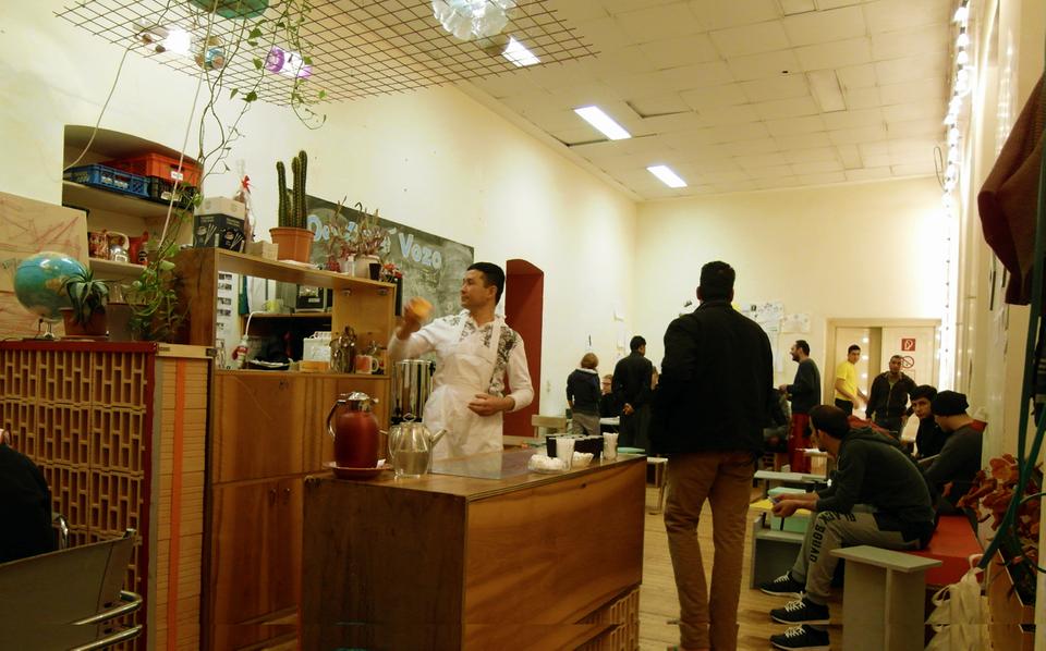LIVING ROOM - Möbel aus dem Café VoZo / Audio- und VideointerviewsWie wird ein Raum zum Wohnraum? Diese Frage stellte sich 2015, als die heutige Angewandte (damals ein Bürogebäude) zur Flüchtlingsunterkunft wurde. In einer Installation aus Möbeln des damaligen Café VoZo teilen Beteiligte in Videos und Audiointerviews ihre Erfahrungen.