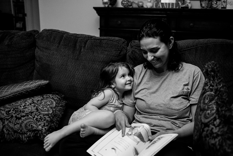 session-family-documentary-photo-daughter-mom-reading-mississippi.jpg