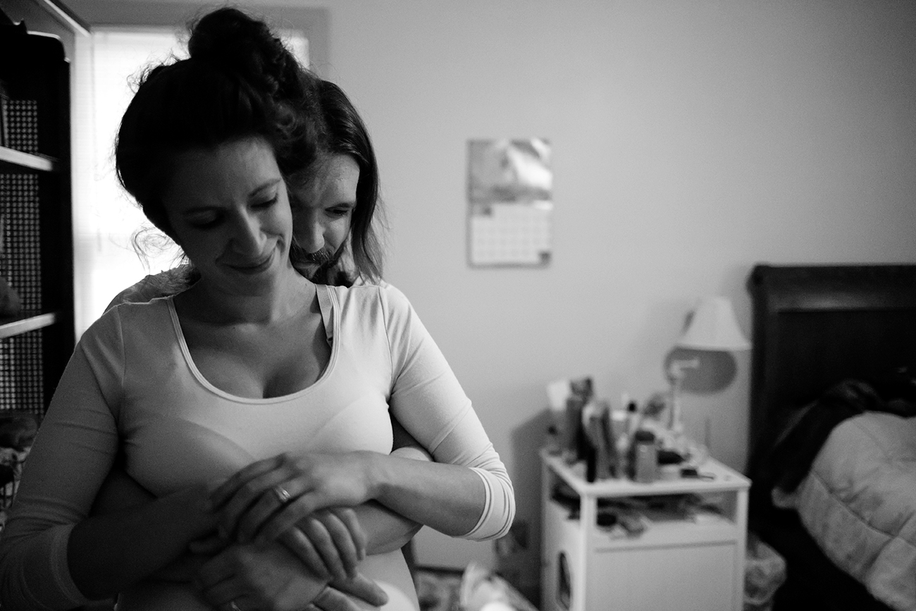 documentary-maternity-session-embrace-dad-mom-clarksdale-mississippi.jpg