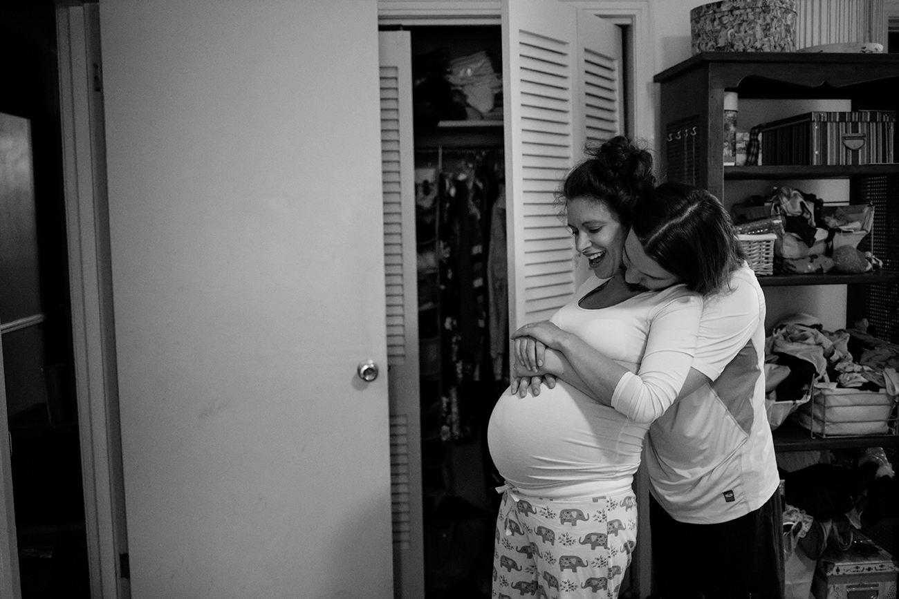 documentary-maternity-session-hug-dad-mom-clarksdale-mississippi.jpg