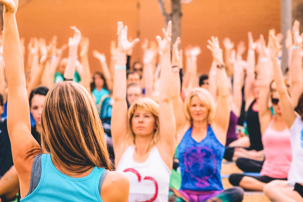 group yoga class with erica rose vucich in phoenix at yoga rocks the park, vibetality