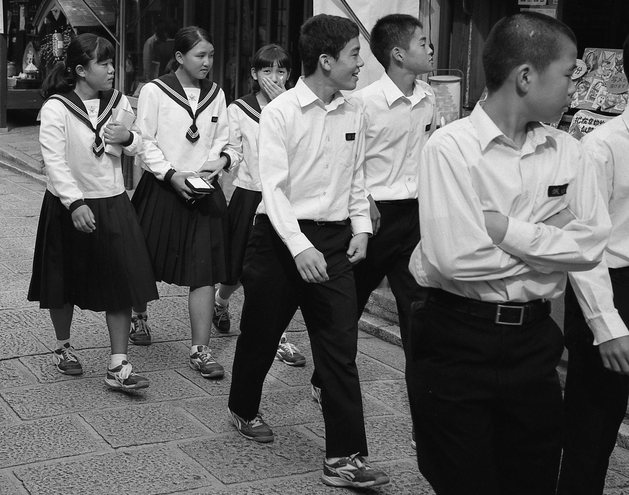 Kids in Kyoto (Mamiya 7ii Ilford HP5+)