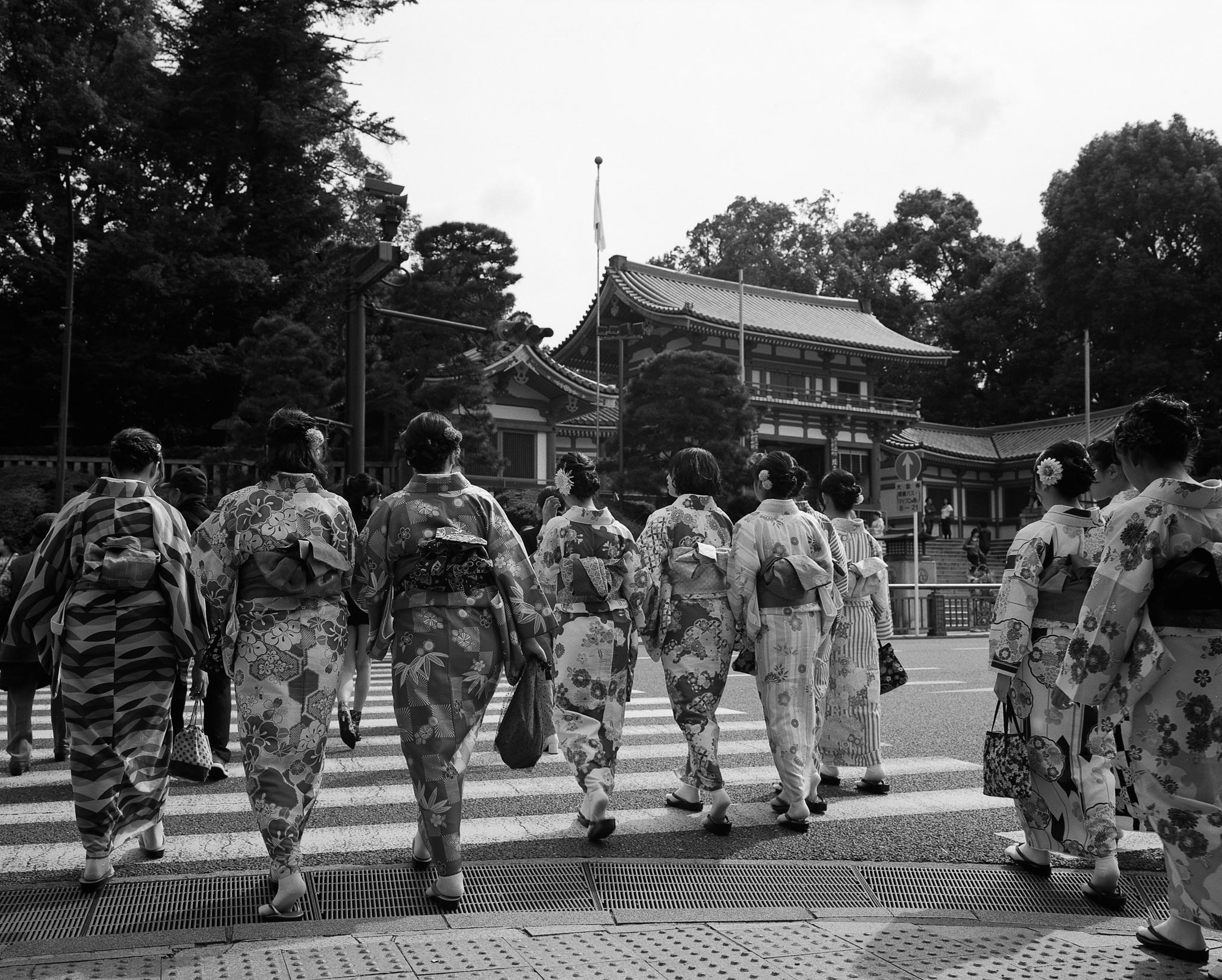 Kimono girls in Kyoto (Mamiya 7II Ilford HP5+)