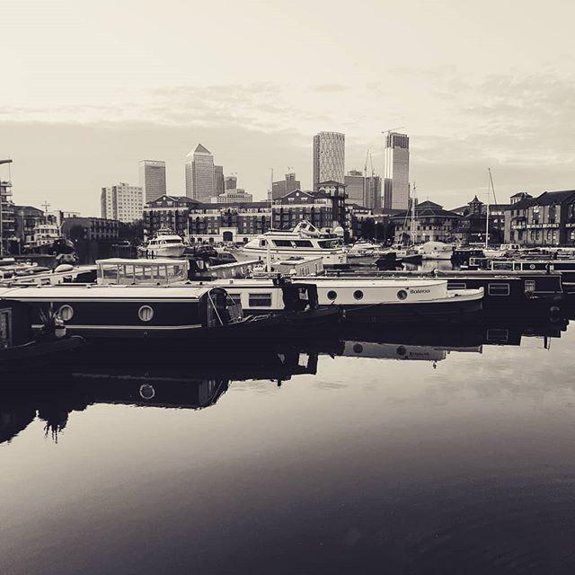 Limehouse Basin on a summer morning 🌇☀️😎🇬🇧 #londonsummer #london #summer #summertime #eastend #morningmotivation #morningworkouts #jogging #citylife #skyline #photography📷 #photography