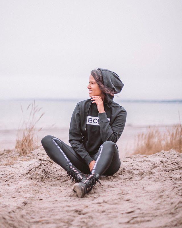 """#BALANCETIP for the wknd: More being, less doing.✨Slow down once in a while by going for a walk, meditating, journaling or sitting quietly in the nature. Appreciate the moment of now. 🧘🏽♀️  Kiireisen arjen keskellä on hyvä muistaa myös hengähtää ja antaa itselleen aikaa palautua. Mun eilinen pv oli super inspiroiva, mutta myös kiireinen...Niinpä tää vklp otetaan rennosti.🙏🏼  Pysähtyminen auttaa meitä tunnistamaan meidän kehon aitoja fiiliksiä. Se auttaa meitä arvostamaan tämän hetken tärkeimpiä asioita sen sijaan, että kokoajan juostaisiin seuraavan """"must do"""" asian perässä.  Kävely, lukeminen, meditointi, kirjoittaminen ja lepääminen on mun lemppari keinoja hidastaa ja nauttia tästä hetkestä.  ⠀⠀⠀⠀⠀⠀⠀⠀⠀ Unelmia ja tavoitteita on tärkeää toteuttaa, mutta on hyvä muistaa myös se, että elämä on tässä ja nyt.❤️ Kommentoi miten sä latailet akkuja tänä viikonloppuna? 🥰"""