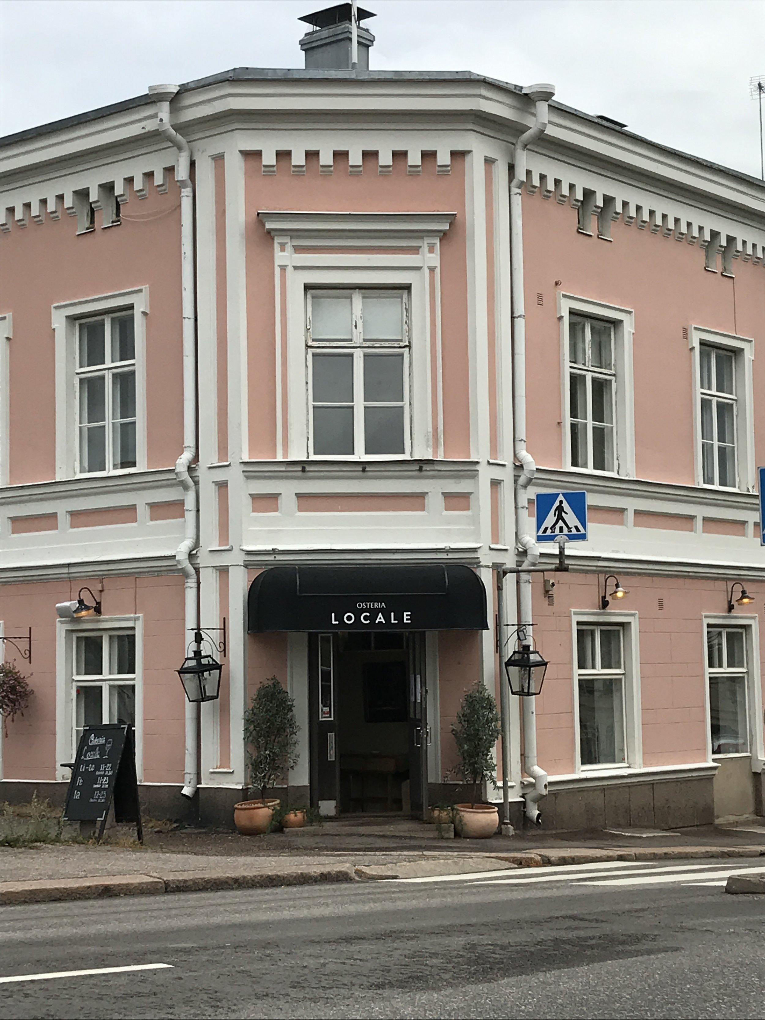 Ravintola Localen - kellarissa (käynti sisäpihan puolelta) Tapas Baari, pihassa kahvio sekä ravintolassa erikoismenu.Tervetuloa!