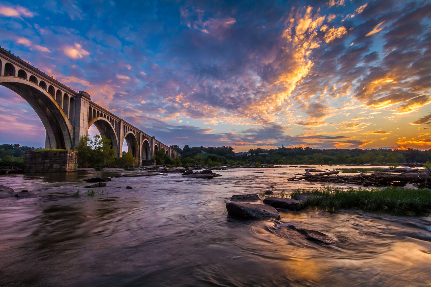 Richmond, va - Enjoy the best of both worlds. The capital city has the hustle and bustle of a major city, with just enough quiet nooks for a peaceful night in. And with the skyline and views of the historic James River, you've got picture-perfect moments at every turn.