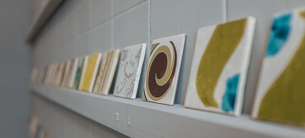 Os nossos azulejos - Os azulejos são de época, provenientes de linhas descontinuadas e alguns de segunda escolha. Por isso, poderão apresentar pequenas imperfeições e diferentes tonalidades.