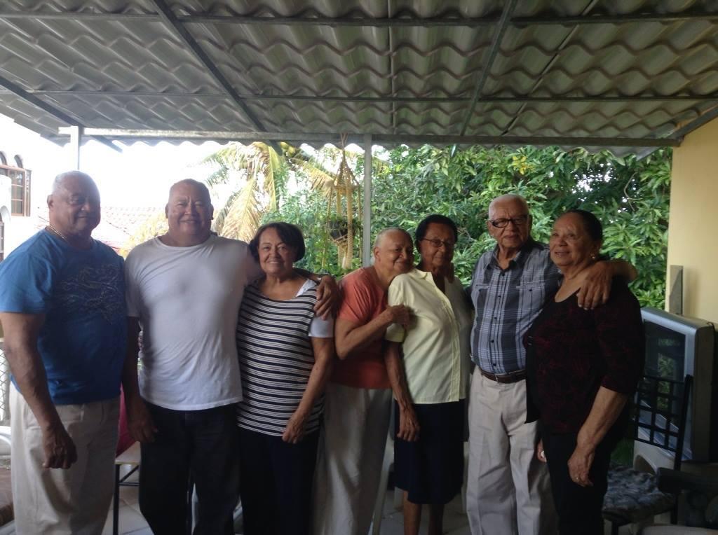 The Hernandez: Radhamés, David, Nieves, Nigela, Gura, Papo, Chichí. Photo taken circa 2013, Sosúa.