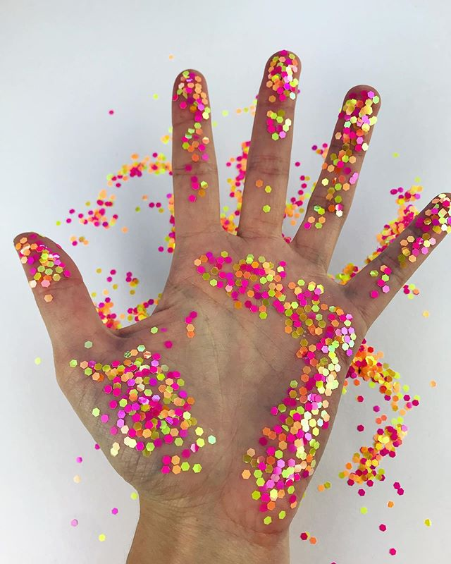 👋🎉🥳 Hi! I'm still trying to figure out how I want to treat my Instagram so here's a photo of my hand covered in glitter from yesterday. Hope everyone's having a good week!
