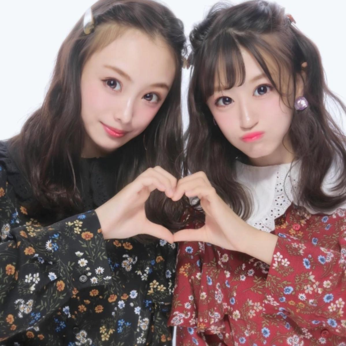 Japanese Purikura Poses - Heart Hands
