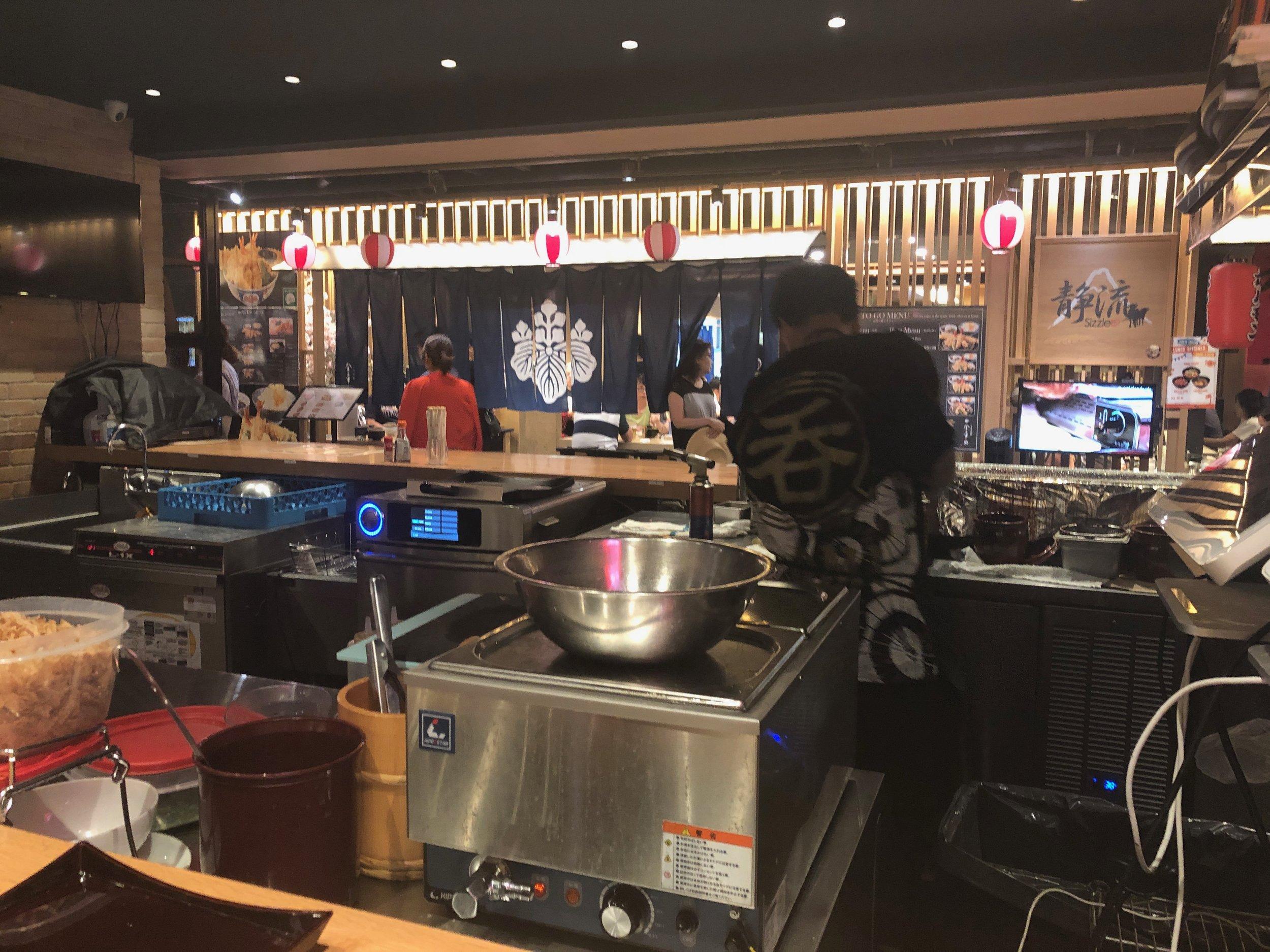 1 Cent Beers at Waikiki Yokocho: Atmosphere