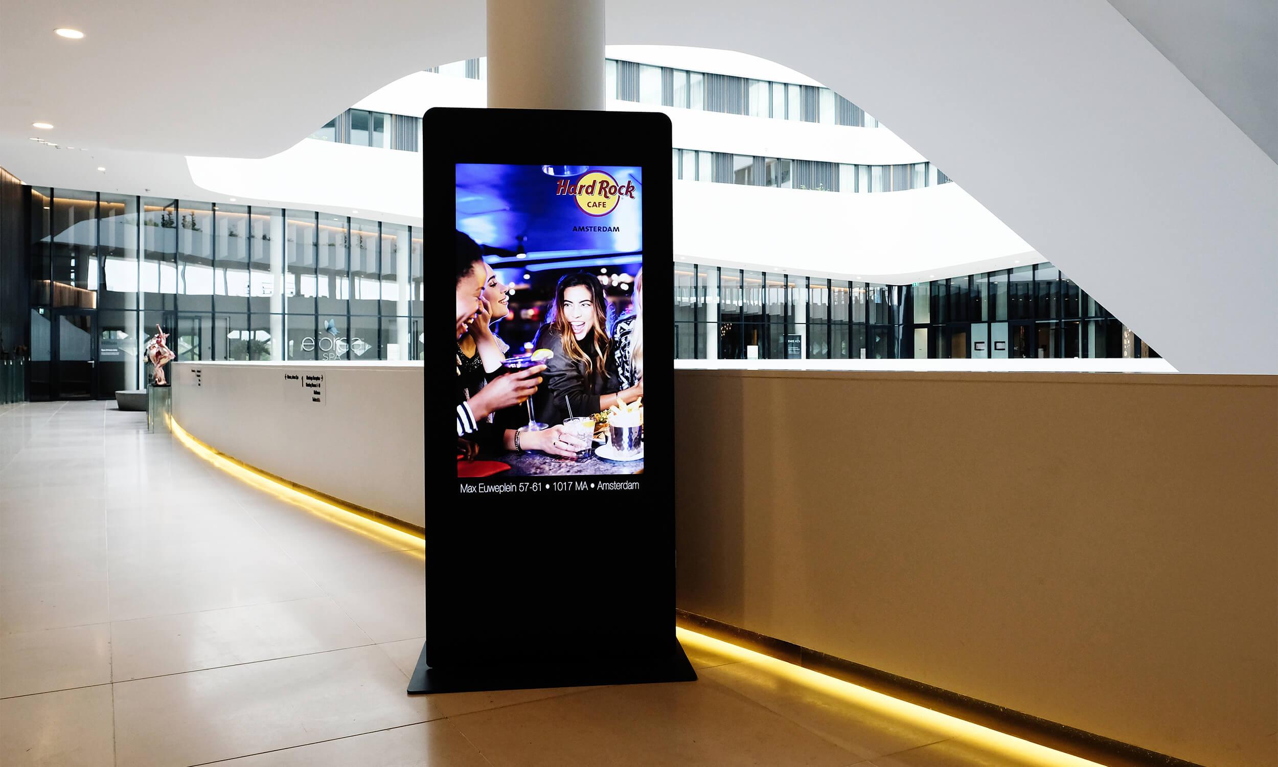 digitaal scherm in lobby Hilton.jpg