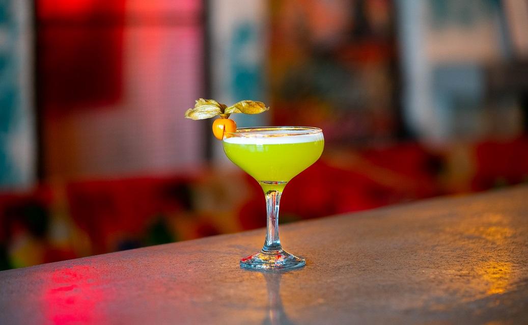 LADY OSAKA : Caorunn Gin, Midori Melon Liqueur, Passion Fruit Syrup, Lemon Juice and Apple Juice