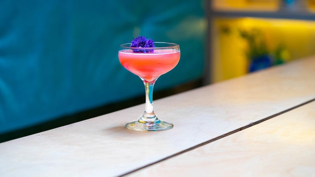 SUNTORY SUNRISE : Roku Gin, The King's Ginger Liqueur, Lemon Juice, Sugar, Bitters and Pomegranate Juice