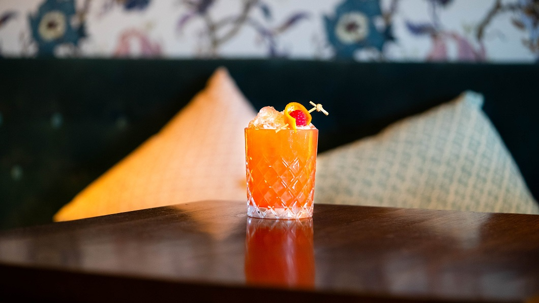THE PINK PEACOCK : Pickering's Gin, Pickering's Lemongrass & Grapefruit Liqueur, Peach Syrup, Lemon and Egg White