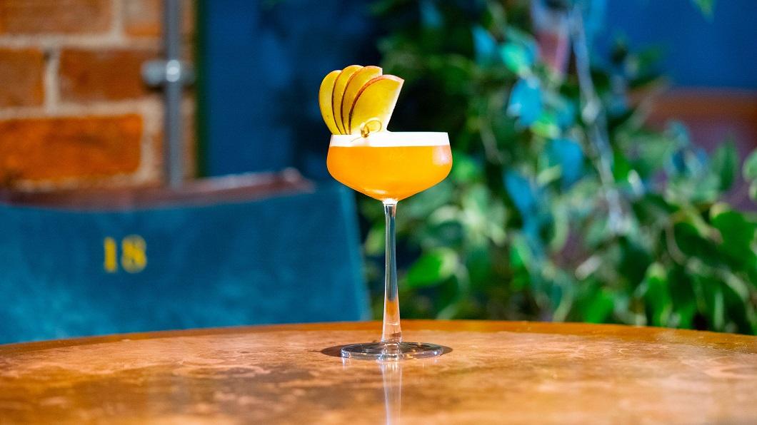 RUM 'N' APPLE PIE : Havana Esp Rum, Lemongrass & Ginger Tea Syrup, Apple Juice, Bitters and Lime Juice