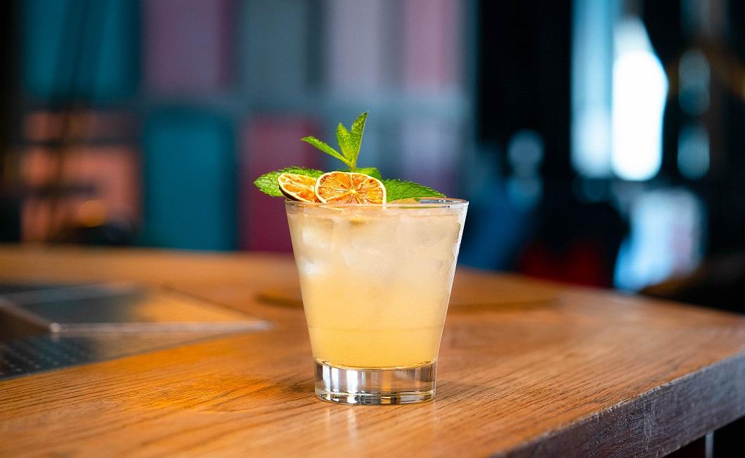 EDINBURGH 5.0 : Edinburgh Gin Rhubarb & Ginger Liqueur, Elderflower Cordial and Cloudy Apple Juice, topped with Prosecco