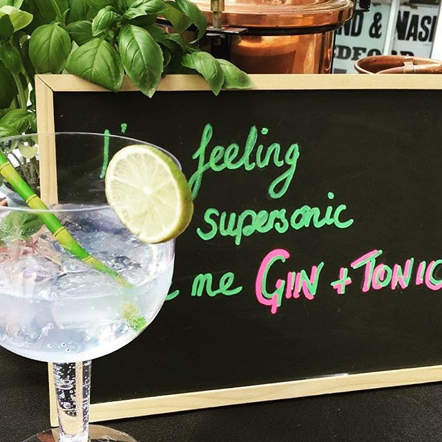 "Willow Tree Gin pop up bar! ""I'm feeling supersonic give me gin and tonic"" 💫☀️#ginandtonic #weekendvibes #popupbar #gin #mixology #summer"