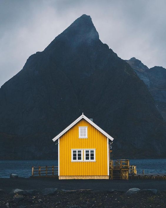 Sustainability article. Image of Norwegian house with mountain behind