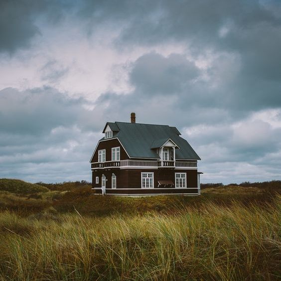 Sustainability article. Image of Danish house in fields