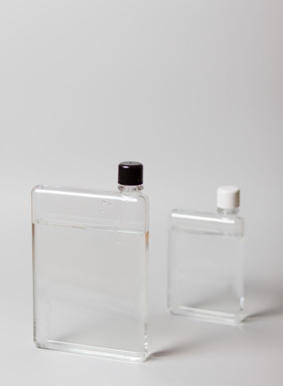 Minimalist+Lifestyle+Tips.+Image+of+a+water+bottle.jpg