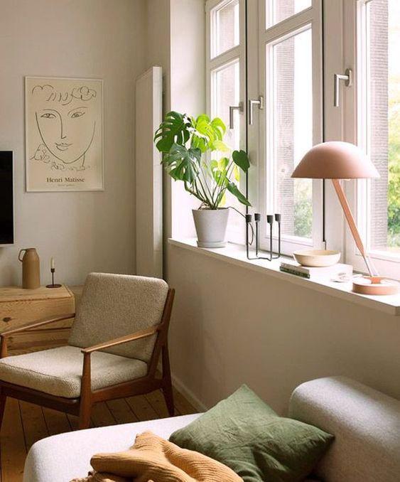 Uni room article. Image of lamp in calm setting.jpg