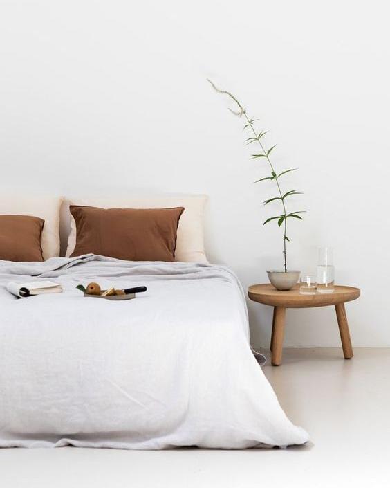 The+Ultimate+Decluttering+Guide+article.+Image+of+minimalist+bedroom.jpg