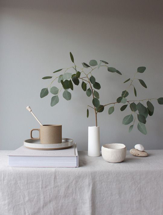 The Ultimate Decluttering Guide article. Image of minimalist home decor.jpg