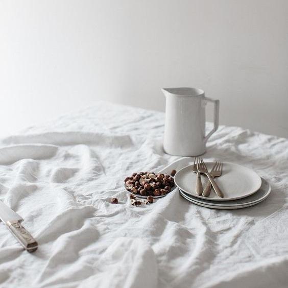 Minimalist+lifestyle+article.+Image+of+a+minimalist+table+cloth.jpg
