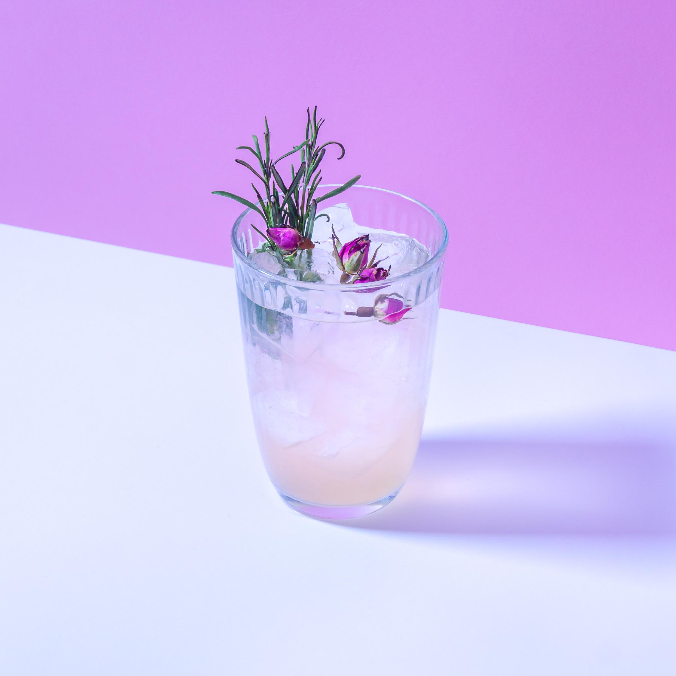 IVANKA DUMB   Rosenblüten eingelegt in Kegel One Wodka mit einem fruchtigen Rhabarber Likör, besprüht mit Orangenblütenwasser.